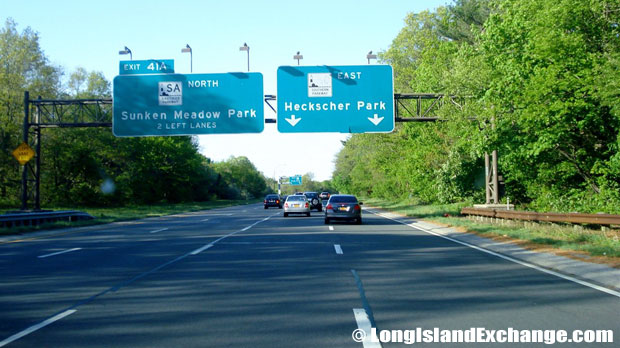 Sagtikos Parkway Northbound at Heckscher Park Split, North Babylon